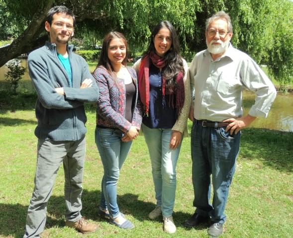 Profesor Dante Figueroa, junto a su equipo de trabajo: Natalia Aziares, Adriana Zapata, y el geofísico James Morales.
